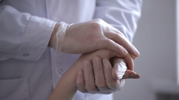 Hand des Arztes beruhigt ihre Patientin