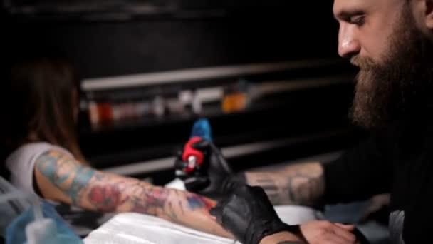 Profesionální tetování umělce díky přechodu tetování na ruce mladé dívky. Detailní záběr