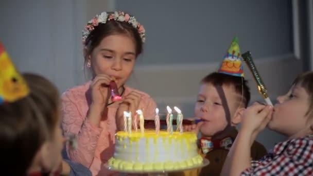 Legrační děti s trubkou na oslavu narozenin