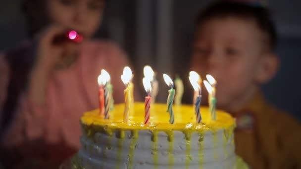 děti oslavu narozenin a foukání svíčky na dort