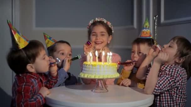 Vicces gyerekek cső a születésnapi ünnepség