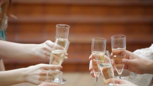 Gläser klirren mit Champagner und Anstoßen.