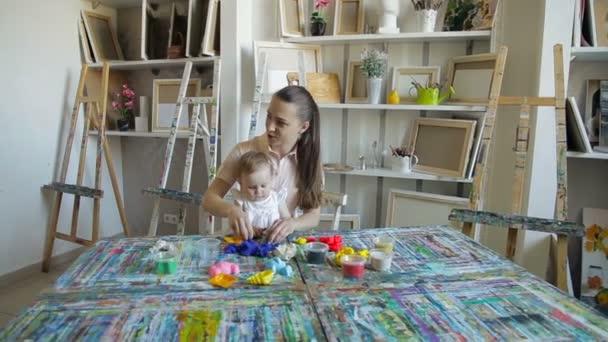 gyerek lány és anya játszani gyurma a művészeti stúdió