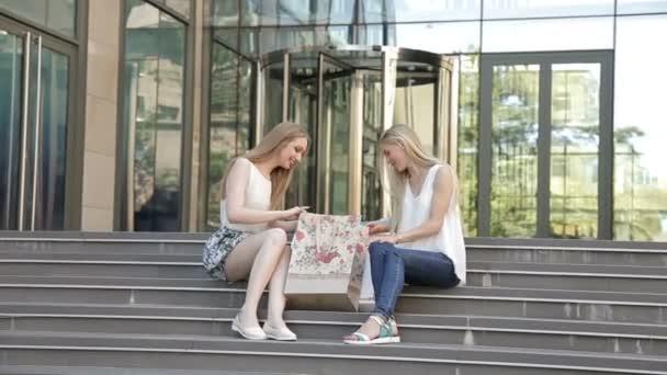 Lány ült a lépcsőn bevásárló táskák, nagy vásárlás eladás után