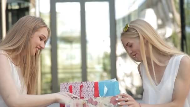 Děvčata sedí na schodech s nákupní tašky, po velké nákupy z prodeje