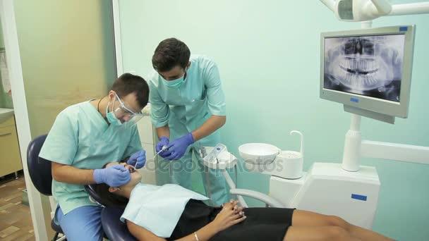 Arzt behandelt seinen Patienten in der Klinik