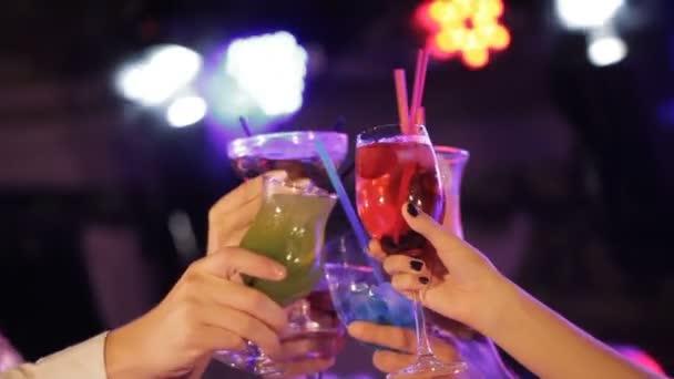 Пятый прямой эфир (суперфинал) - 28 декабря - Страница 13 Depositphotos_164583488-stock-video-young-friendly-people-toasting-with