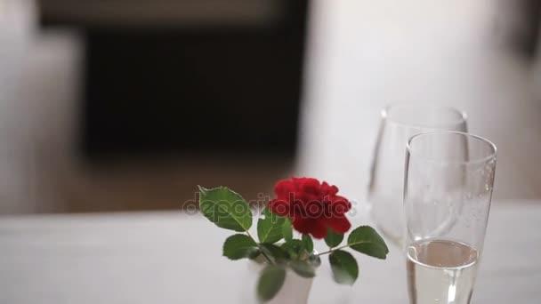 Paar mit Champagnergläsern beim Dating und Anstoßen im Restaurant
