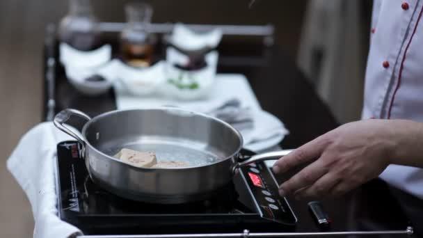 Šéfkuchař připravuje Foie gras