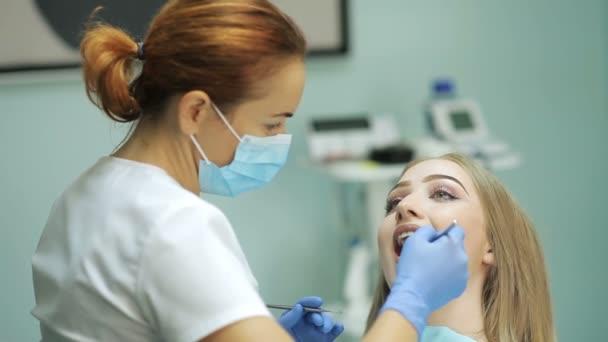 Zubař zkoumání pacientovy zuby zubních lékařů