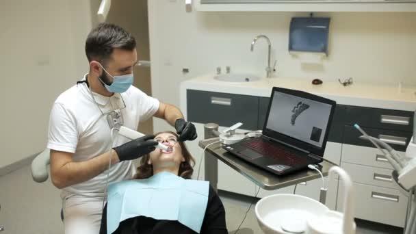 Zahnarzt scannt die Zähne des Patienten mit einem D-Scanner