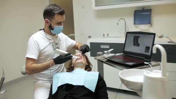 Zubař skenování zuby pacienta s d skener