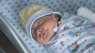 neugeborene baby schreit auf dem bett stockvideo art4i 187163542. Black Bedroom Furniture Sets. Home Design Ideas