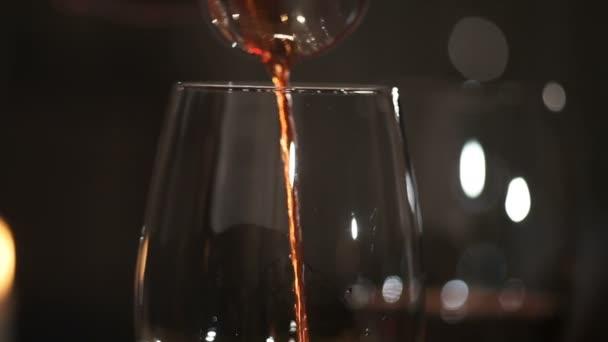 Sommelier önti vörös bor a pohárba, a decanter
