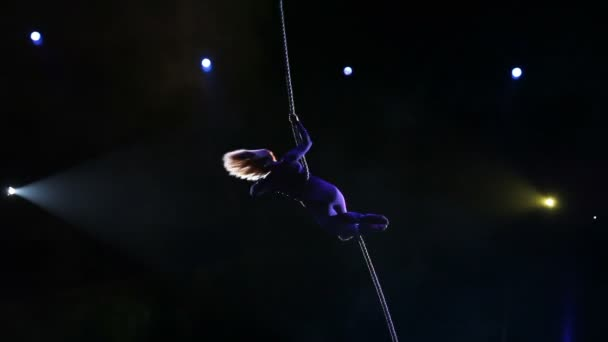 Acrobat mit Seil im Zirkus