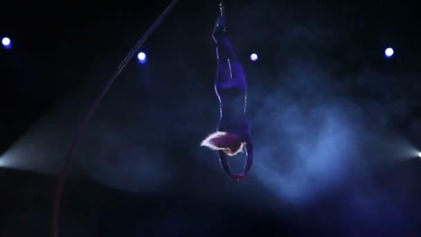 Akrobat mit Seil im Zirkus