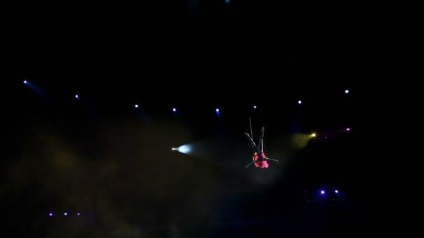 Luft-Turnerin auf Leinwänden im Zirkus