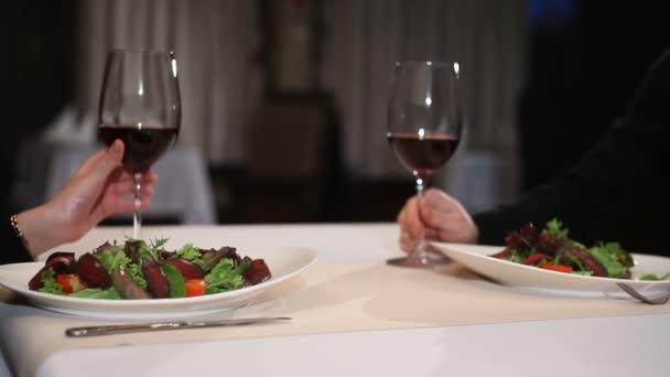 Pár s vínem brýle datování a opékání v restauraci