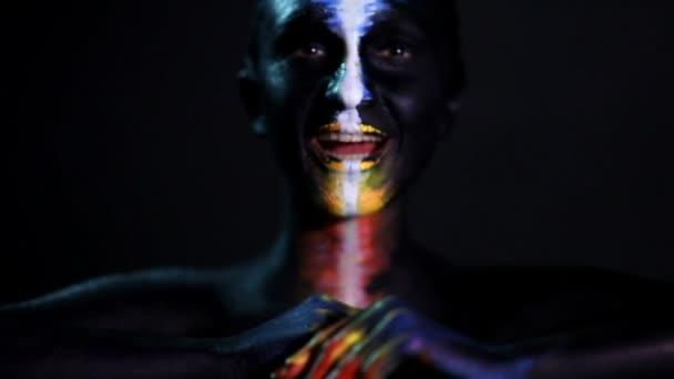 Body art portrét tmavou pletí žhavé dívky s barevný make-up