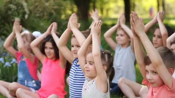 Boldog gyermekek a jóga, a Park ül a fűben
