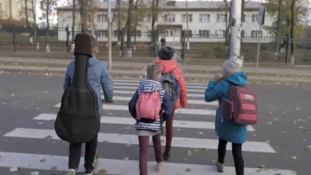 Gruppe von Kindern geht gemeinsam zur Schule