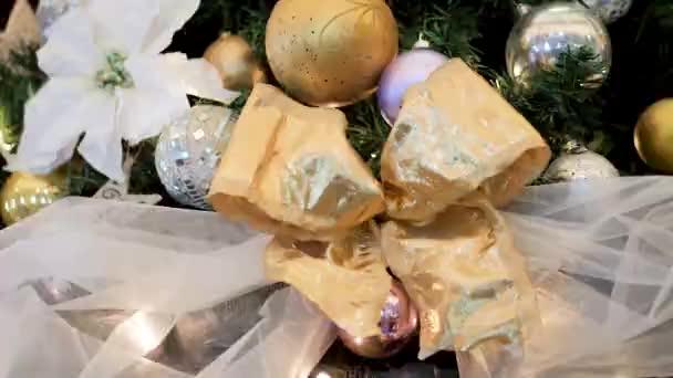 Různé dekorativní vánoční stromeček hračky close-up, dekorace pro vánoční stromeček