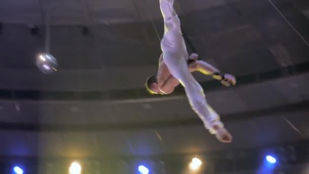 Aerialist auf Leinwänden im Zirkus