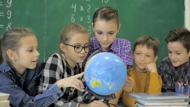 Mitschüler posieren gemeinsam im Klassenzimmer