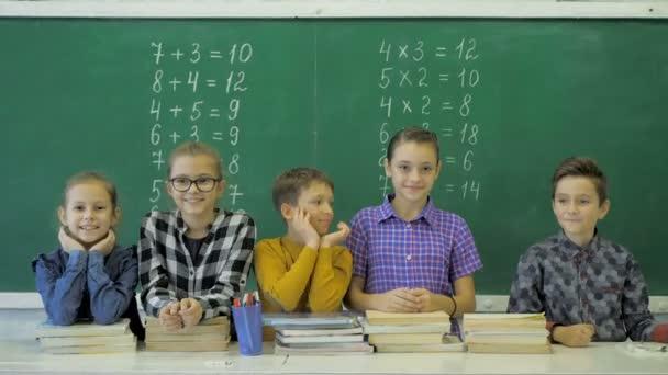Osztálytársai pózol együtt, egy osztályban