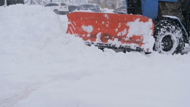 Sněžný pluh traktor čistí cestu od sněhu v zimě