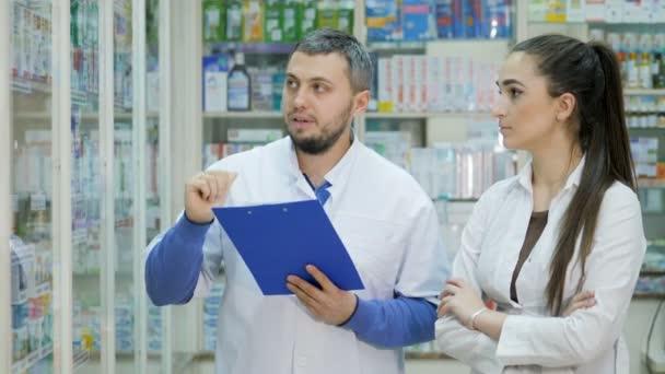 Zwei junge Promoter versöhnen sich in einer Apotheke mit Drogen