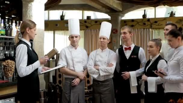 Instruktáž v restauraci. Interakce s hlavním manažerem v komerční hale