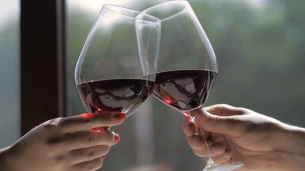 Csengő poharak, vörös bor és pirítás
