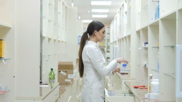 Eine junge Promoterin versöhnt sich in einer Apotheke mit Medikamenten