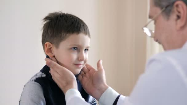 Kinderarzt untersucht kleinen Jungen im Krankenhaus