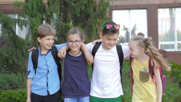 Boldog iskolás gyerekek portréja iskolába járás közben