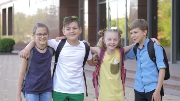 Portrét šťastných školáků, když jdou do školy