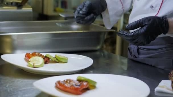 Kuchař dokončování zeleninové jídlo v restauraci kuchyně