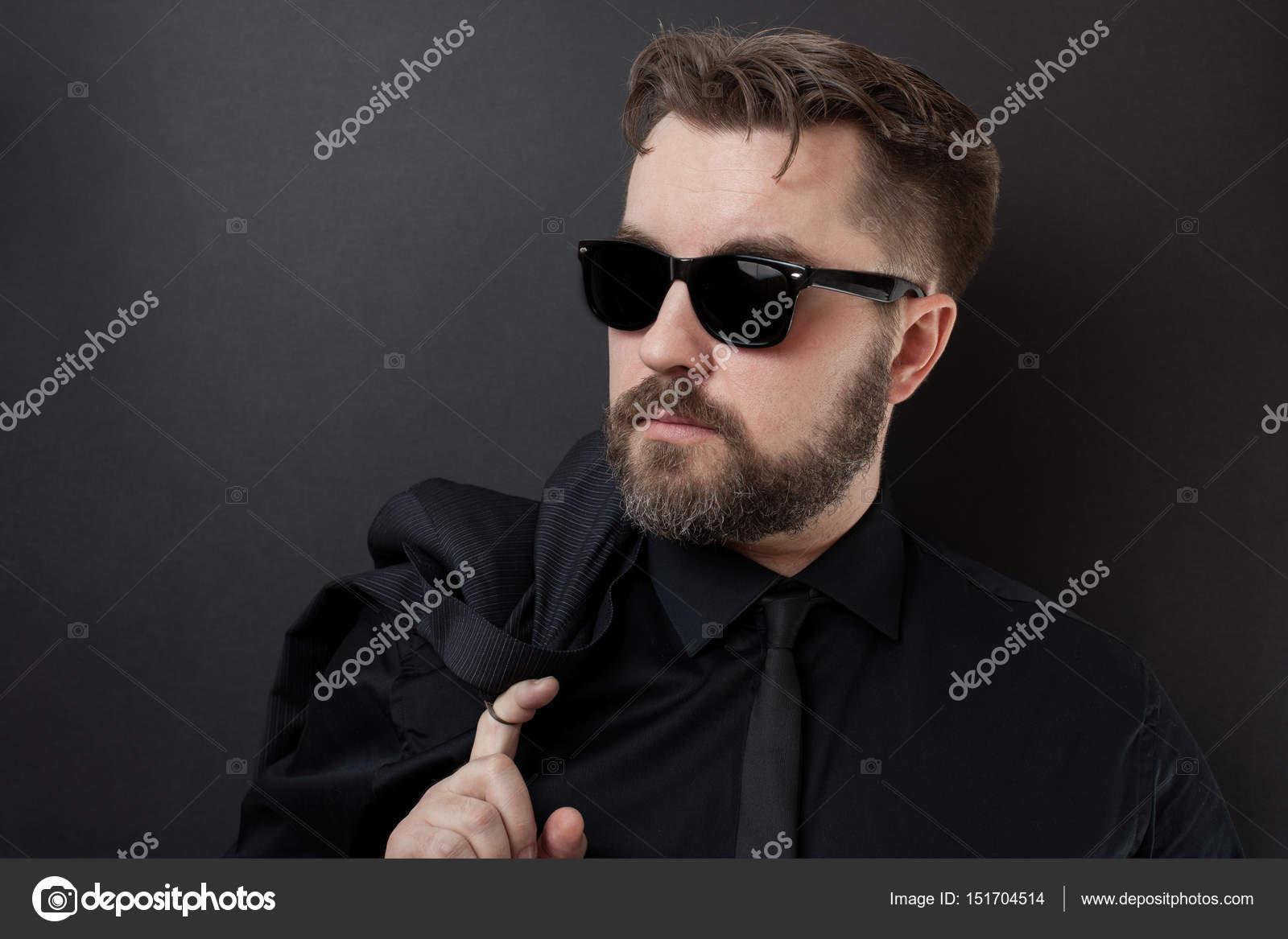 Un Hombre Brutal Con Una Barba Y Un Peinado Elegante Con Camisa