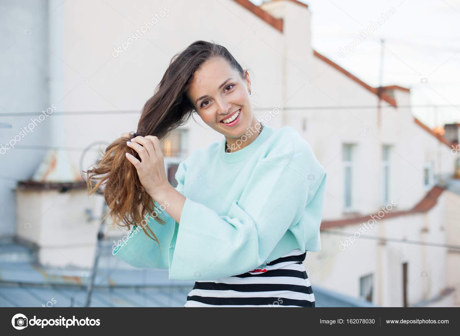 Девушек когда она поправляет волосы
