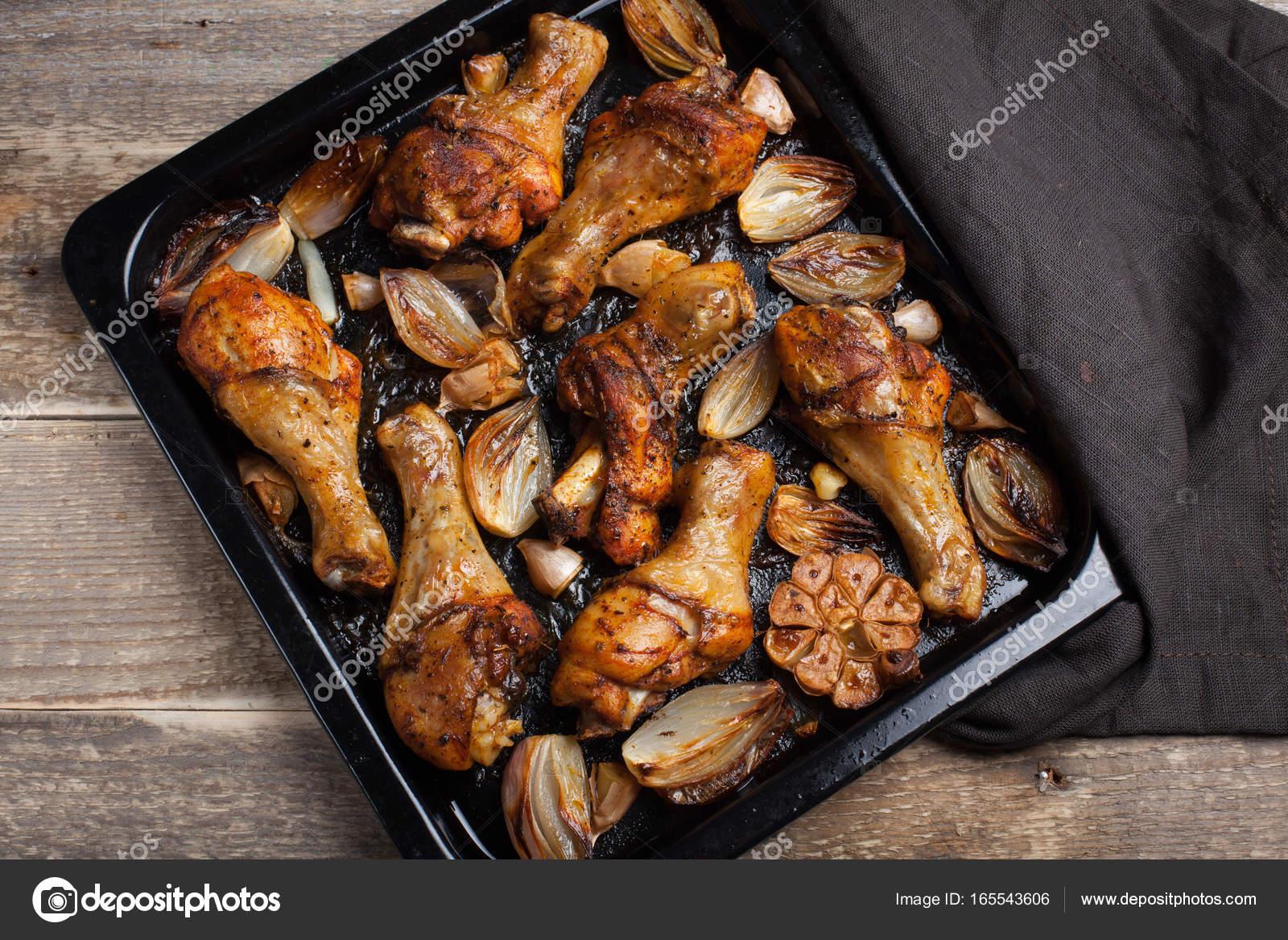 Cuartos de pierna de pollo al horno con cebolla, ajo y pimiento en ...