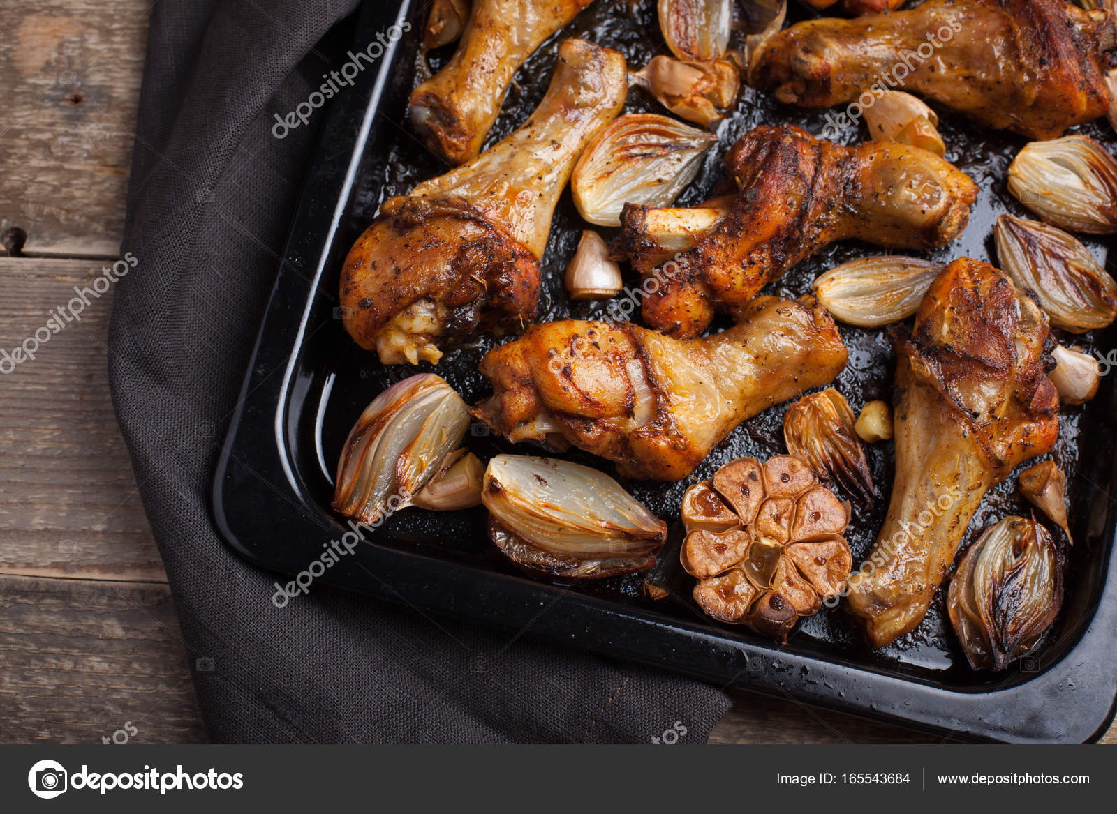 Cuartos de pierna de pollo al horno con cebolla, ajo y ...