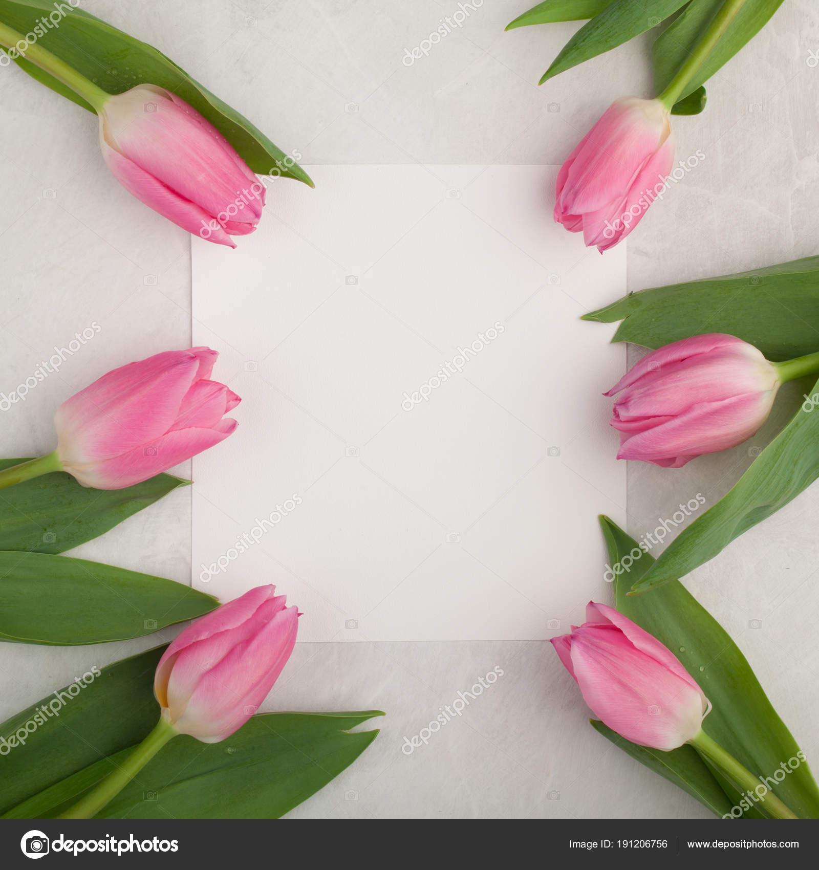 Verjaardag Of Bruiloft Mockup Met Witboek Lijst Roze Tulp