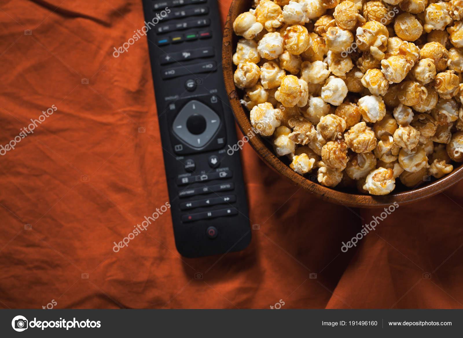 Bol En Bois Avec Pop Corn Sucre Et Distant Sur Une Literie Orange Tv