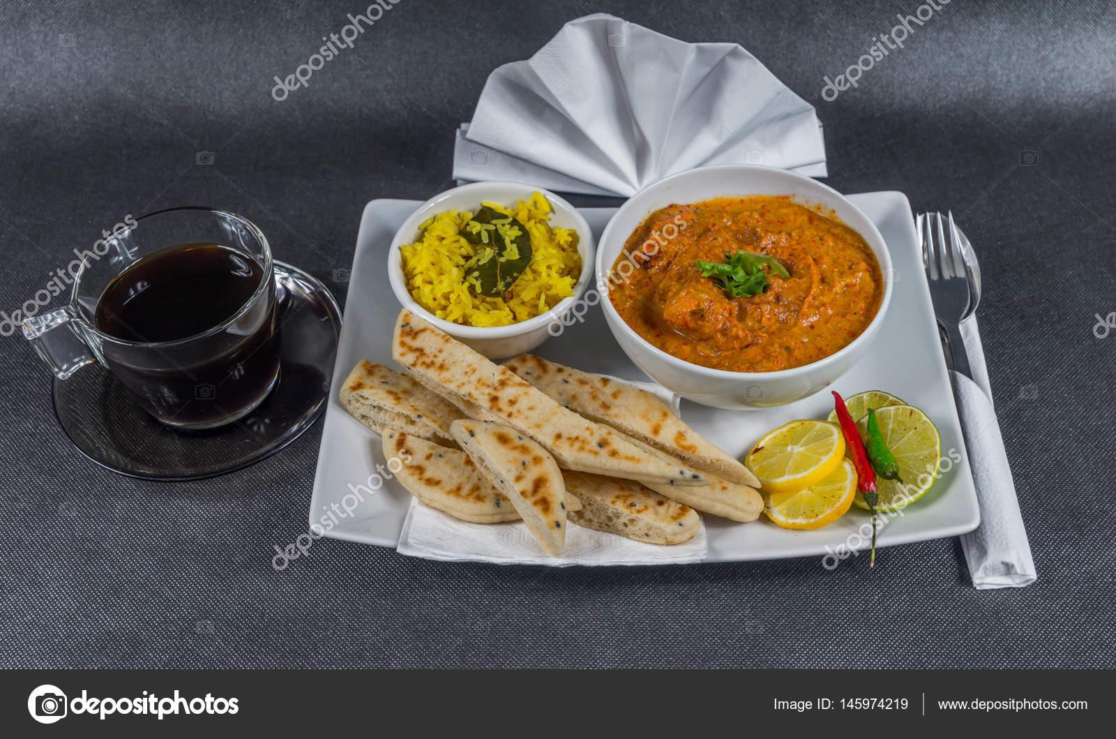 Orientalisch-indischen gesetzt, chicken Tikka Masala, Naan-Brot ...