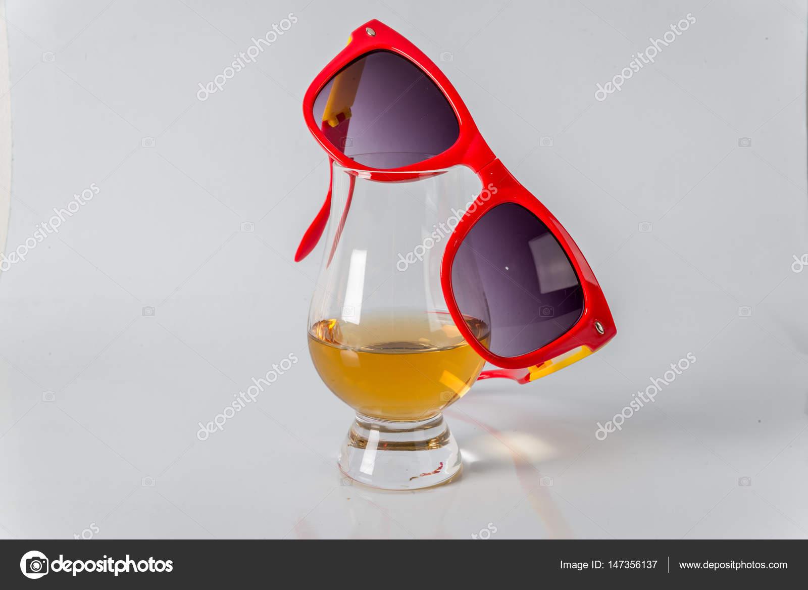 Смачні односолодовий віскі скла з сонцезахисні окуляри на білих кров яних —  стокове фото 860042f4f418a