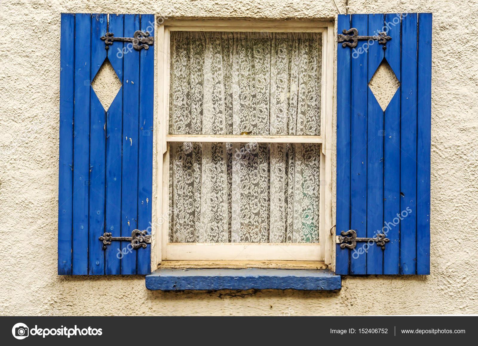 Fenêtre Avec Volets En Bois Forme Losange Coupé En Volets Fermer