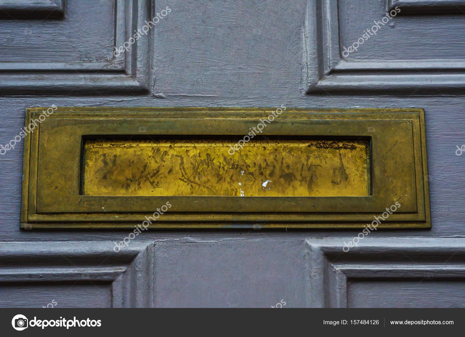 Alten Briefkasten in der Tür, traditionelle Art und Weise der ...