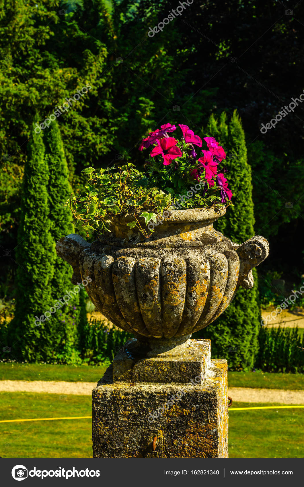 Konkrete Blumentöpfe Im Garten Auf Einem Sockel Stilisierte Antiqu U2014  Stockfoto