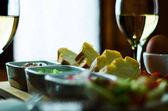 fehérbor egy üveg előételek egy fából készült asztal, a meghatározott o